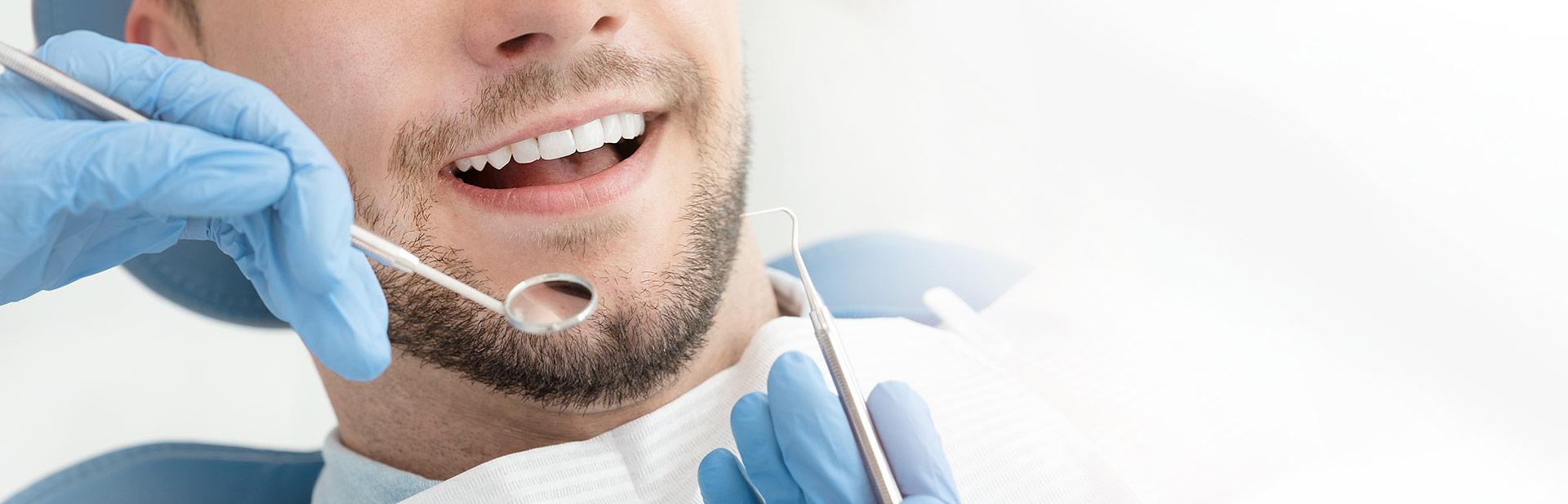 mann in zahnärztlicher behandlung